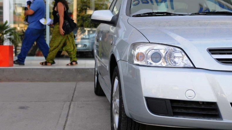 Clausuran dos agencias de venta de autos y secuestran uno adulterado