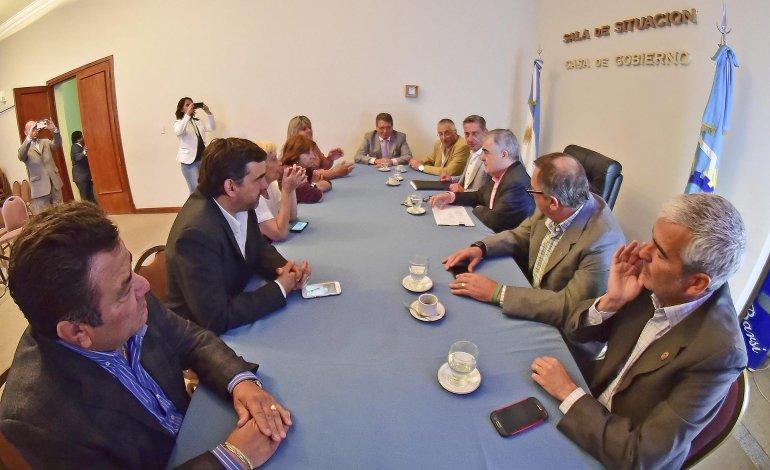 El gobernador y sus ministros se reunieron ayer con los diputados de su bloque.