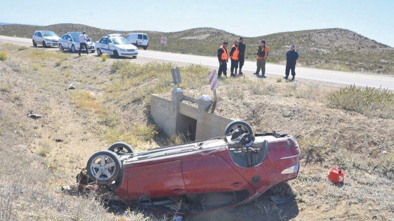 El Peugeot 408 terminó volcado a un costado de la ruta. Sus cinco ocupantes sufrieron lesiones de diversa consideración.