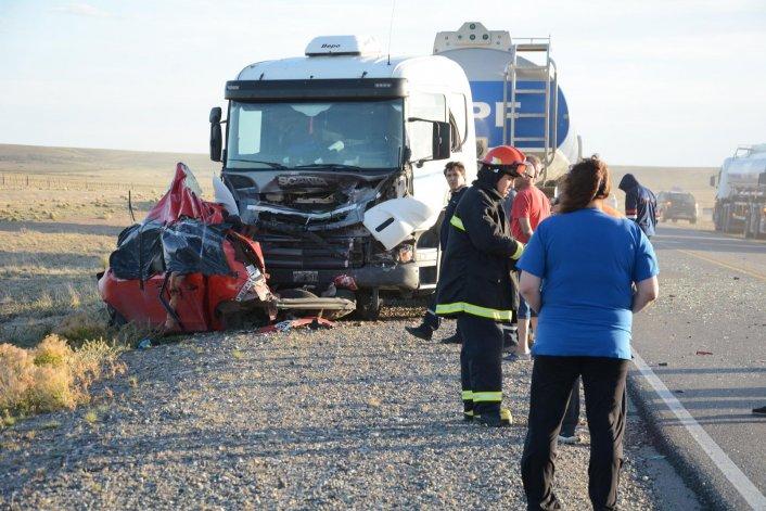 Bomberos de la Unidad Quinta trabajaron en el rescate de los cuerpos atrapados en el interior del Volkswagen Up que quedó totalmente destruido tras impactar contra el camión.
