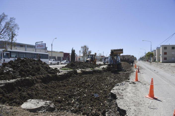 En la avenida Chile se están realizando los trabajos de cambio de suelo que permitirán habilitar nuevamente las dos calzadas de este transitado sector.