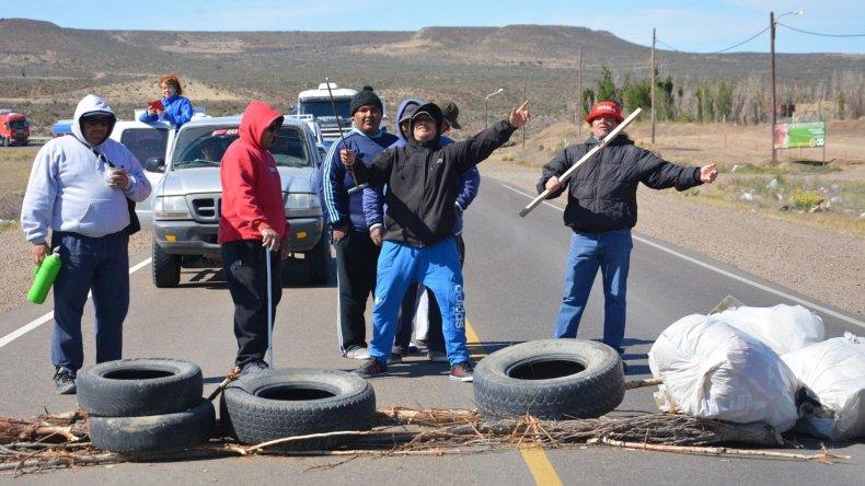 Los estibadores que mantenían bloqueado el ingreso al puerto Caleta Paula se trasladaron al acceso sur para impedir el tránsito sobre la ruta 3.