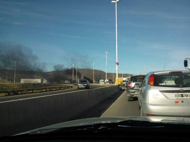 Largas filas de autos por el piquete de UOCRA esta mañana.