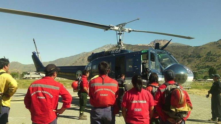Brigadistas esperan que la llegada del Helibalde traiga alivio al trabajo que se desarrolla contra los incendios Foto: Carlos Catrinao