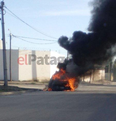 Iba manejando hacia su trabajo y se le prendió fuego el auto