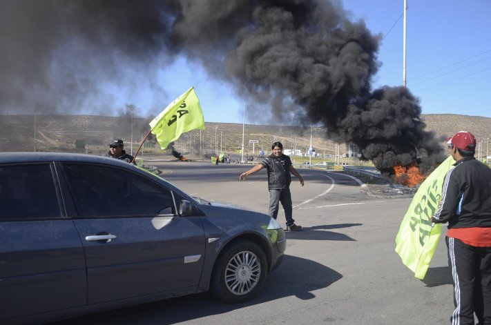 El humo por la quema de neumáticos y los vehículos cruzados fueron la postal ayer en la ruta 3 y 26. Hoy la escena se repetirá