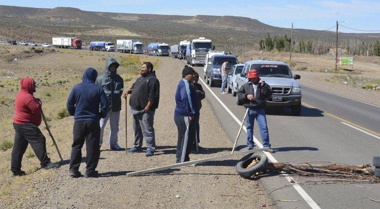 Estibadores continúan bloqueando el acceso sur a Caleta Olivia