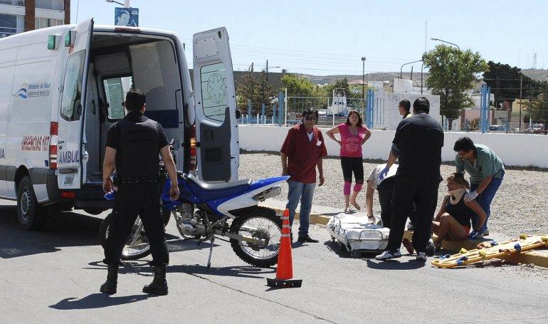 La ocupante de la moto fue asistida por profesionales médicos y posteriormente trasladada en ambulancia al Hospital Zonal.