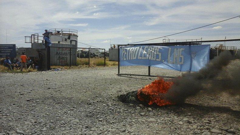 Petroleros montaron un piquete en el predio de almacenes de YPF