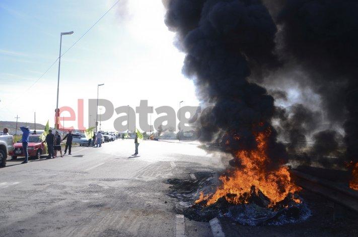 UOCRA continúa en la ruta, pero sólo con panfleteada y quema de neumáticos
