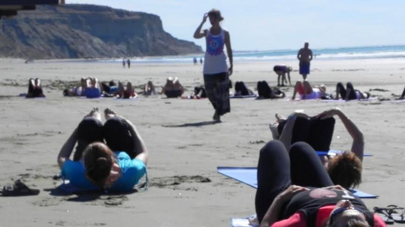 Mañana habrá una clase de yoga y relajación frente al mar