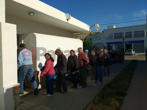 Abuelos hicieron largas filas para retirar solo 10 bonos gratuitos de transporte