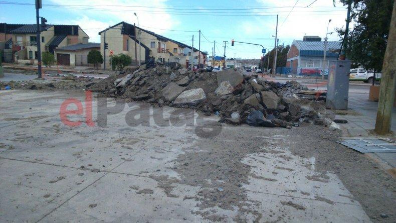 Una calle destrozada y bloqueada por escombros