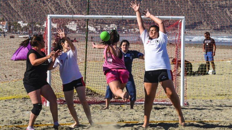 El beach hándbol puso primera con intensos partidos.