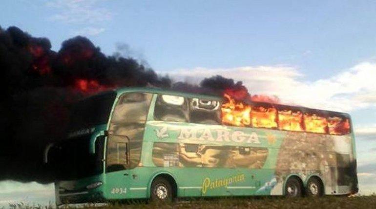 El micro de la empresa Taqsa-Marga fue completamente consumido por el fuego