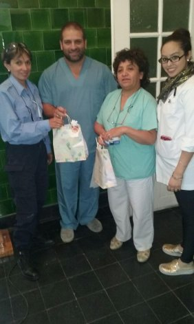 El director del hospital de Diadema y enfermeras reciben la donación del personal policial.