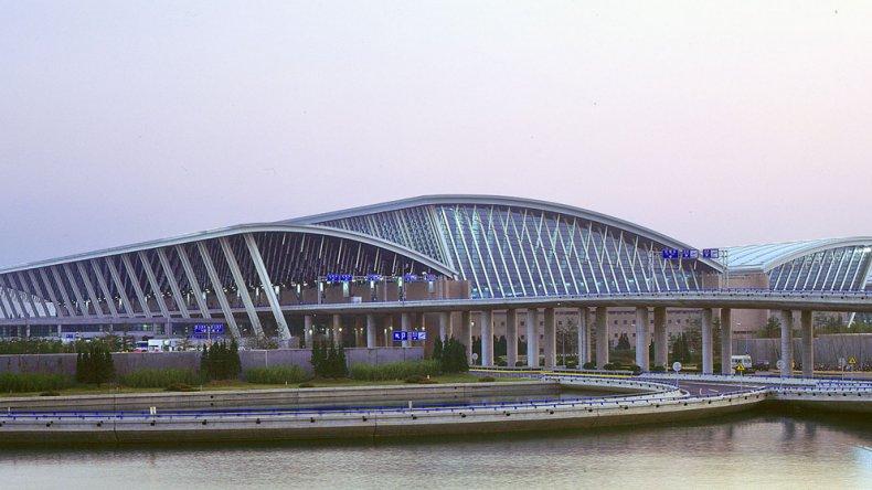 Actualmente el edificio ocupa 40 kilómetros cuadrados de territorios costeros al este del distrito de Pudong dentro del municipio de Shanghai.