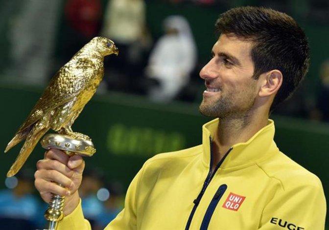 El europeo Novak Djokovic posa con el hermoso trofeo ganado ayer en Doha.