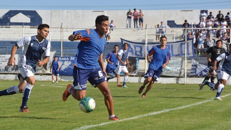 Lucas Argüello deja en el camino a Christian Nieto durante el primer amistoso de pretemporada entre Jorge Newbery y la CAI.
