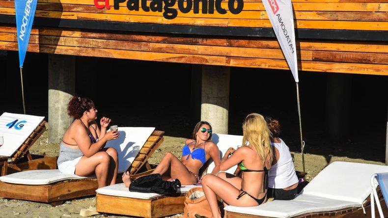 Las familias disfrutan de Rada Tilly: arena