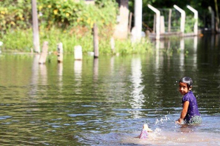 Evacuaron a 98 familias por filtraciones en las defensas del río Paraguay