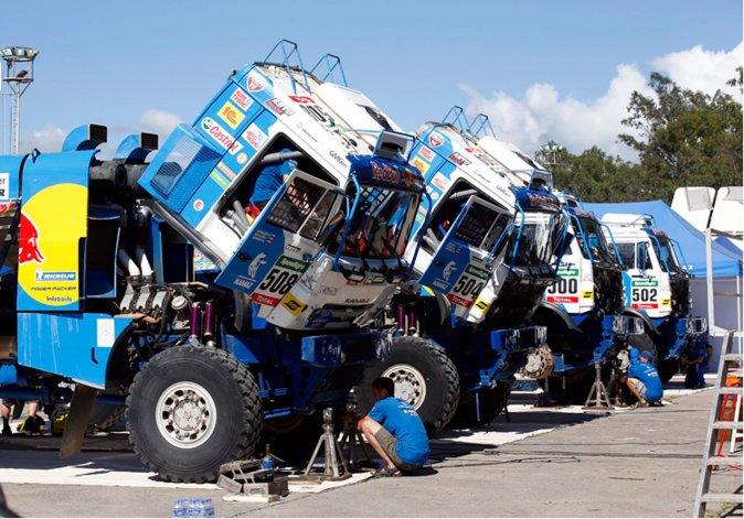 Cuatro camiones Kamaz en pleno proceso de reparación.