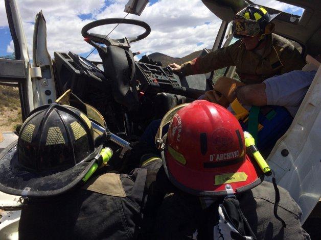 Carlos Manuel Pérez (50) tuvo que ser rescatado del Ford Cargo que conducía en dirección a Comodoro Rivadavia tras el choque en la zona de El Trébol.