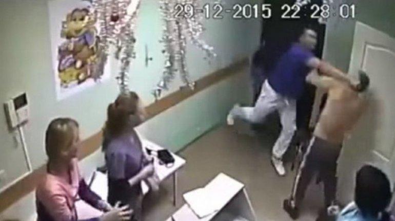 Un paciente tocó a una enfermera y un médico lo mató en pleno hospital