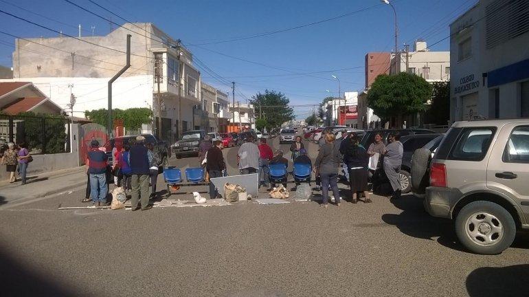 Jubilados cortaron la calle para pedir por los bonos gratuitos