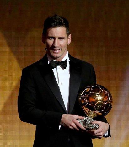 Leo Messi con su quinto Balón de Oro.