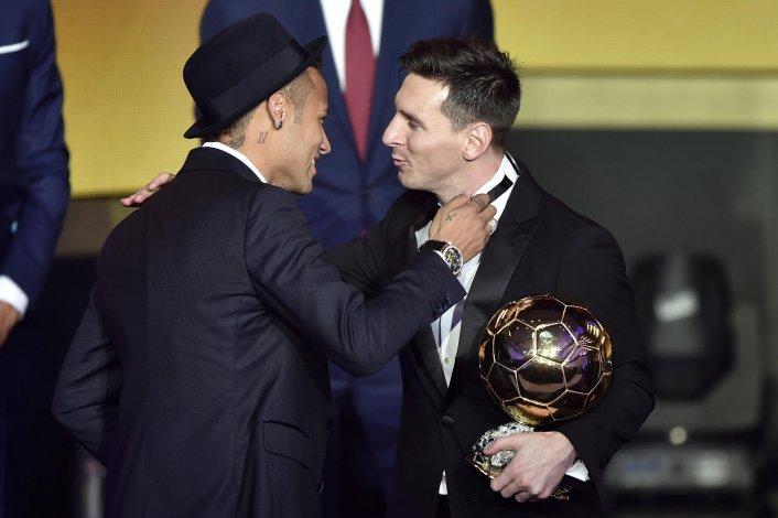 Lionel Messi es saludado por su compañero de equipo