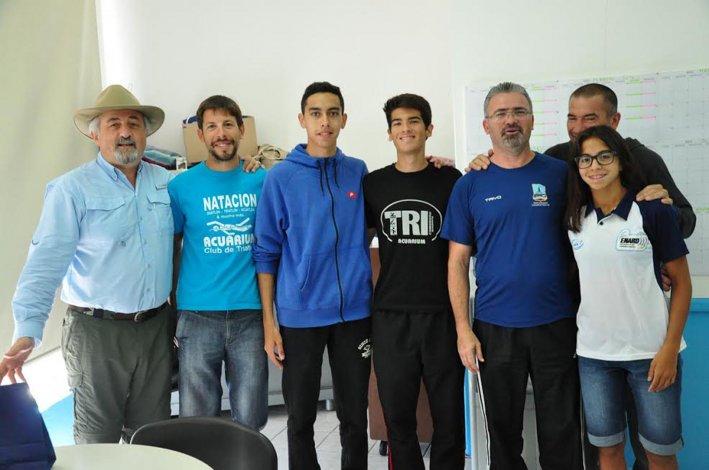 Los triatletas que participarán este fin de semana posan junto a Othar Macharashvili y Hernán Martínez y Mario Sosa