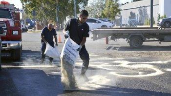 Personal de Bomberos Voluntarios y Defensa Civil trabajaron arduamente para limpiar los rastros de combustible.