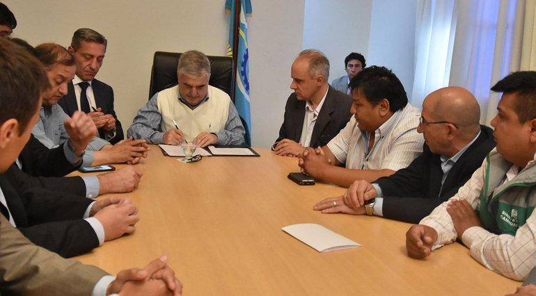 Das Neves firma el acta que inmediatamente se le hizo llegar al Gobierno nacional.