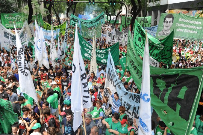 Los estatales realizan una marcha contra la suspensión de las paritarias