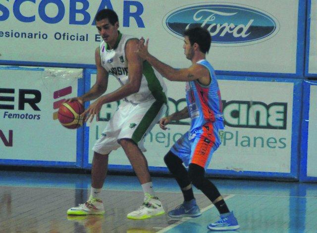 Leonardo Mainoldi con el balón en el partido del lunes donde Gimnasia Indalo cayó ante Sionista.