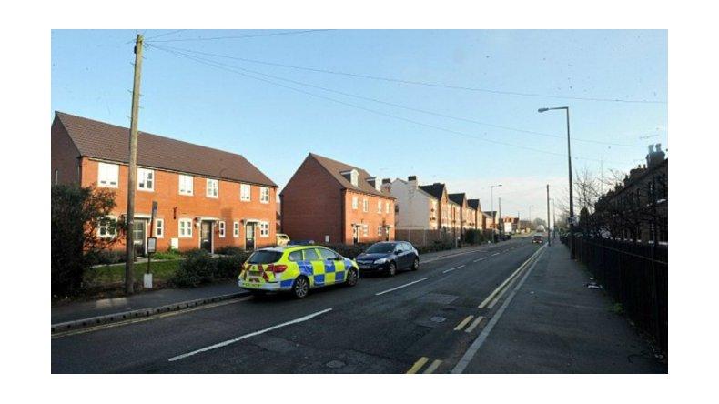 Encuentran a una niña de 3 años en la calle: la madre estaba muerta en la casa