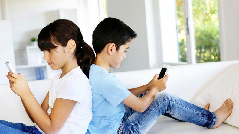 El 67% de los padres les saca el celular a sus hijos como castigo