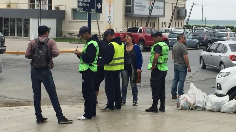 Agentes recién egresados patrullaban las calles en zapatillas