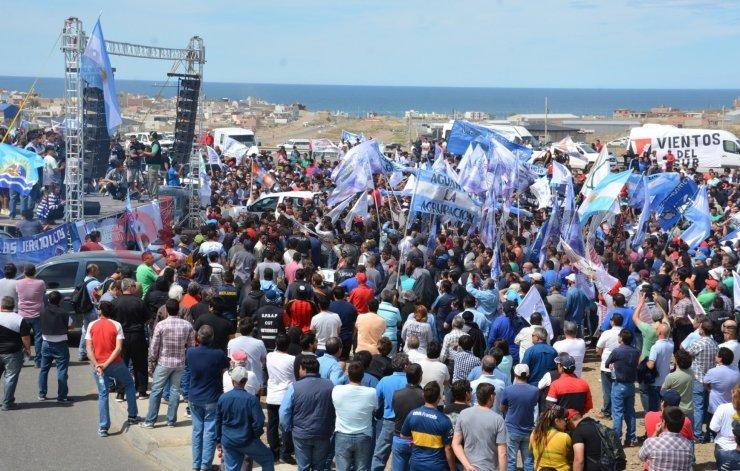 Petroleros marcharon en Caleta: si hay despidos, no habrá petróleo para nadie