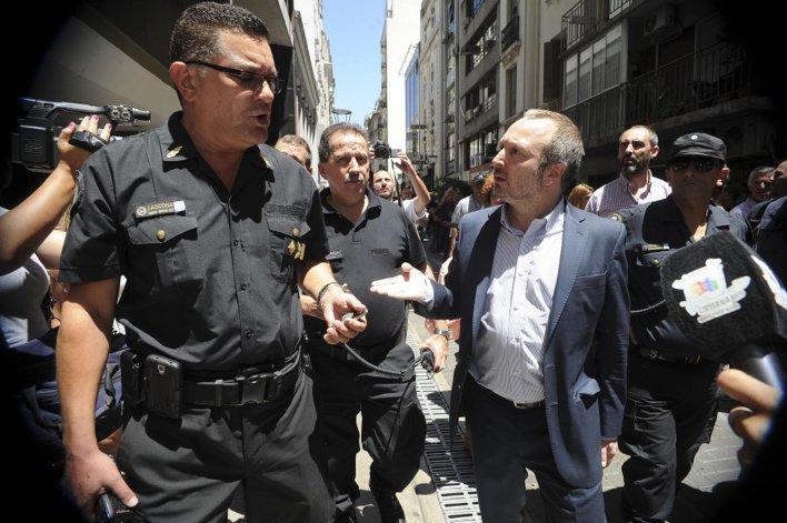 La policía impidió otra vez que Sabbatella ingrese a la AFSCA.