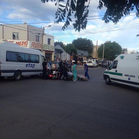 El conductor de la moto es atendido por los médicos luego de chocar contra el transporte.