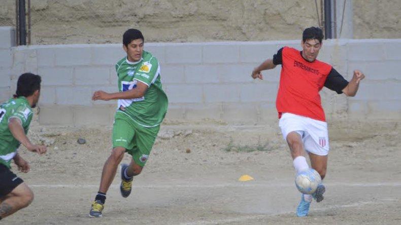 Diego Rubilar intenta parar el balón en el amistoso de ayer entre Florentino Ameghino y Estrella Norte.