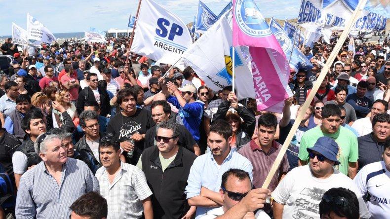 Petroleros de Santa Cruz y Chubut protagonizaron ayer un multitudinario acto de protesta en Caleta Olivia