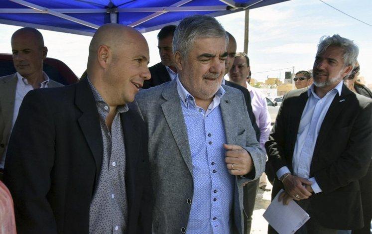 El gobernador Das Neves y el intendente Sastre ayer en Puerto Madryn. La ciudad del Golfo fue la que más ayuda recibió: 10 millones de pesos.