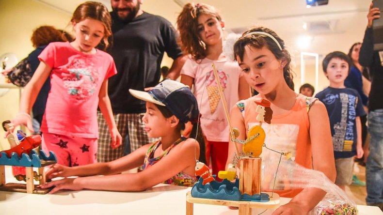 Con la apertura de la muestra Juguetes con oficio empezó el festival de títeres en Rada Tilly.
