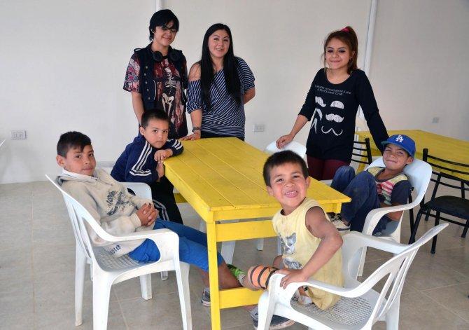 Cada día cerca de 40 chicos asisten al merendero del Abel Amaya para disfrutar de una copa de leche.