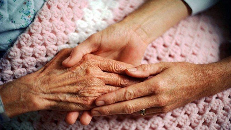 Se ofrece para cuidar abuelos y les roba sus pertenencias