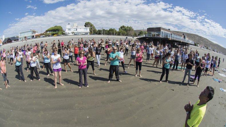 Todos los sábados de enero habrá yoga en la playa de Rada Tilly