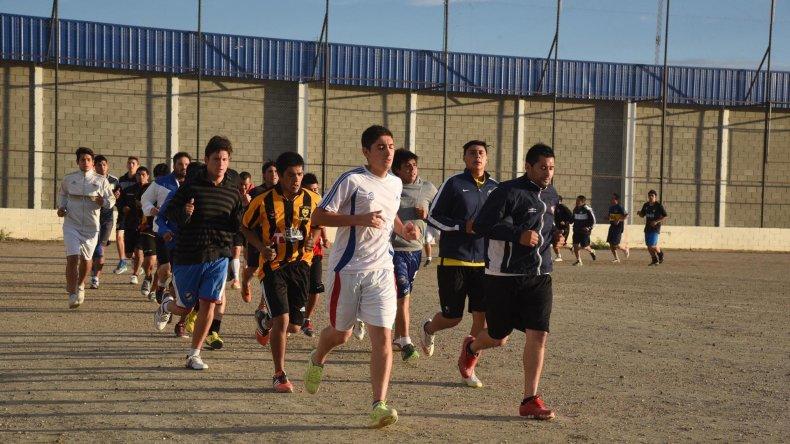 Los jugadores entrenan en cancha de Roca